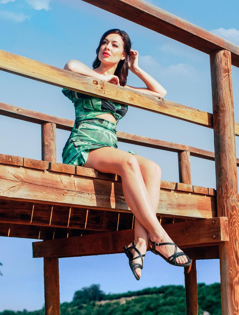 Modelo posando con sandalias